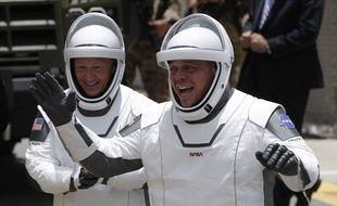 Douglas Hurley (g) et Bob Behnken se rendent vers la rampe de lancement du centre spatial Kennedy, le 27 mai 2020.