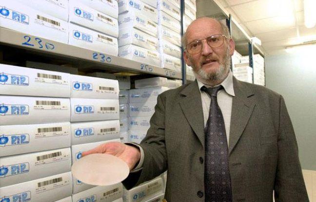 Jean-Claude Mas, président de la société Poly Implants  Prothèses (PIP), présente, le 17 janvier 2001 à la Seyne-sur-Mer, une prothèse  mammaire à base de gel de silicone fabriquée par sa société.
