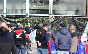 Illustration: Des producteurs d'oeufs bloquent l'accès d'un magasin Carrefour, à Rennes,  le 25 février 2021.