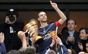 Le Bordelais Franck Jurietti, soulevant la coupe de la Ligue, le 25 avril 2009 au Stade de France.