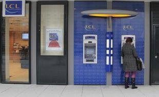 Illustration d'un retrait à un distributeur automatique de la banque LCL.