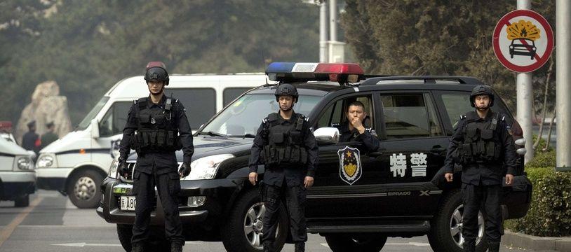 Des forces de police près de la résidence Diaoyutai, à Pékin, le 27 mars 2018.
