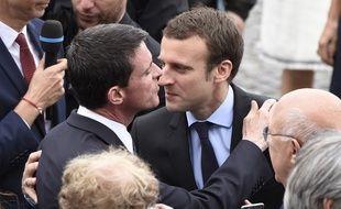 Manuel Valls et Emmanuel Macron, le 14 juillet 2016, en marge du défilé sur les Champs Elysées.