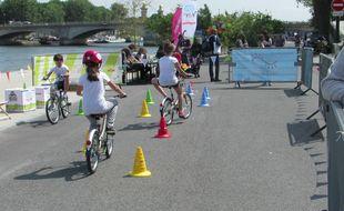 Des enfants essayant les P'tit Velib' mercredi 18 juin sur les Berges de Seine
