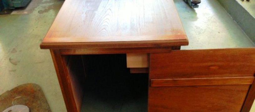 Une table à rip deal, saisie par les douaniers suisses, dans laquelle se dissimule l'un des escrocs