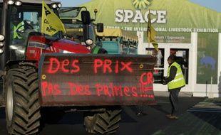 Des membres de la Coordination rurale manifestent devant l'entrée du Space à Rennes, le 15 septembre 2015