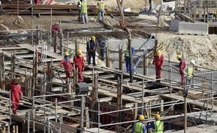 Des ouvriers sur le chantier de l'Al Bayt Stadium, au Qatar.