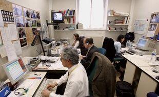 Des journalistes travaillant dans la salle de presse de l'Elysée.
