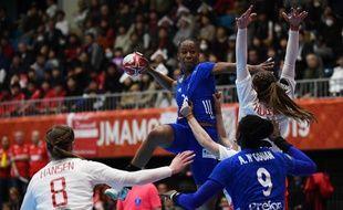 Orlane Kanor et les Bleues face au Danemark lors du Mondial de handball, le 6 décembre 2019.