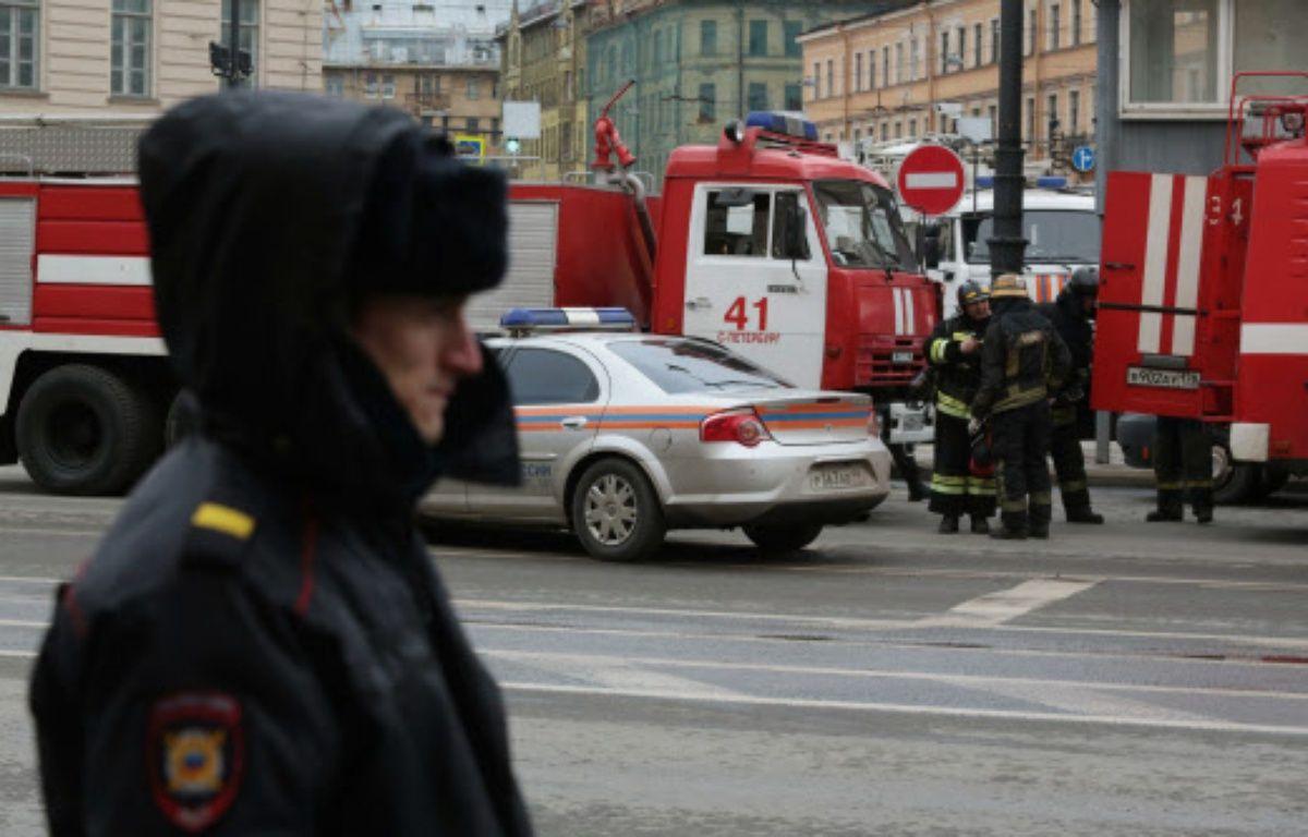 Des policiers et des pompiers près du lieu de l'attentat perpétré lundi dans le métro de Saint-Saint-Pétersbourg  – CHINE NOUVELLE/SIPA