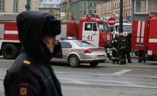 Des policiers et des pompiers près du lieu de l'attentat perpétré lundi dans le métro de Saint-Saint-Pétersbourg