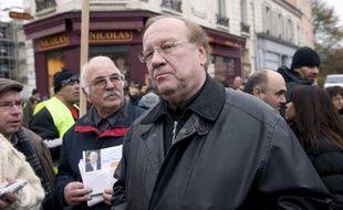 Le maire UMP de Corbeil-Essonnes Jean-Pierre Bechter, bras droit de Serge Dassault, a été mis en examen vendredi avec deux autres personnes par les juges enquêtant sur de possibles achats de votes lors d'élections municipales dans cette ville.