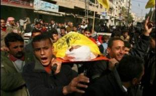 Dix-sept Palestiniens ont été tués en moins de 48 heures dans de violents affrontements qui se poursuivaient samedi entre les mouvements rivaux Hamas et Fatah dans la bande de Gaza, les plus graves depuis la victoire électorale du mouvement islamiste voilà un an.