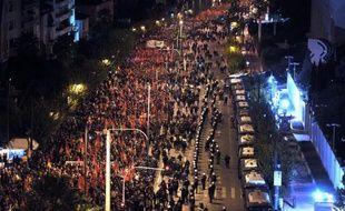 Des dizaines de milliers de personnes ont manifesté dimanche en Grèce, encadrées par de nombreux policiers, pour marquer le 40e anniversaire du soulèvement étudiant contre la dictature des colonels et protester contre la politique d'austérité du gouvernement.