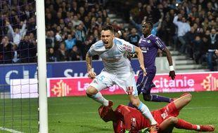 Le Marseillais Lucas Ocampos ouvre la marque à Toulouse, dans un Stadium peuplé de très nombreux supporters de l'OM.
