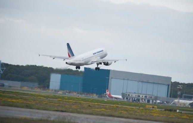 Un Airbus A319 de la compagnie Air France-KLM décolle de l'aéroport de Toulouse-Blagnac, le 16 novembre 2010.