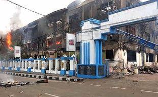 Un bâtiment incendié dans la ville de Sorong, qui a été le théâtre de manifestations contre l'arrestation d'étudiants papous sur l'île de Java.