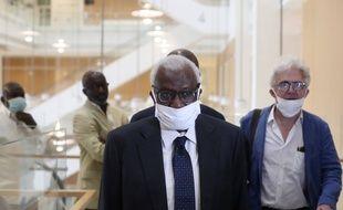 L'ancien président de la Fédération internationale d'athlétisme Lamine Diack a été condamné à de la prison ferme, le 16 septembre 2020 à Paris.