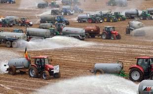 Des producteurs déversent trois millions de litre de lait dans un champ à Ciney, Belgique, le 16 septembre 2009.