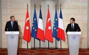 Le président français Emmanuel Macron (D) et son homologue turc, Recep Tayyip Erdogan, lors d'une conférence de presse commune à l'Élysée, à Paris, le 5 janvier 2018.