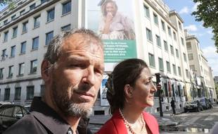 Sébastien Chadaud-Pétronin, le fils de Sophie Pétronin, et l'ex-otage Ingrid Betancourt, devant un portrait de l'humanitaire enlevée, à Paris le 10 juillet 2018.