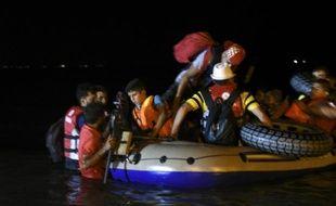 Des migrants quittent en bateau la ville de Bodrum de la côte égéenne en Turquie, pour l'île de Kos en Grèce, le 18 août 2015