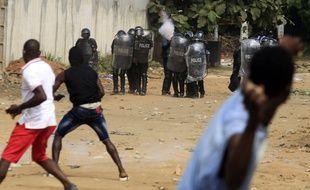 La décision du président ivoirien Alassane Ouattara de se représenter à un troisième mandat controversé a entraîné des violences entre partisans des camps rivaux, faisant déjà une trentaine de morts, surtout dans le sud-est du pays.