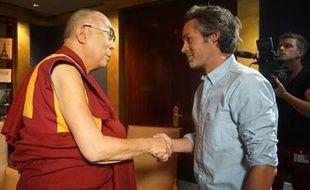 Le dalaï lama et Yann Barthès, à Paris, le 13 septembre 2016.