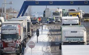 Des camions sur l'autoroute Strasbourg - Paris, le 17 décembre 2010, sous la neige.