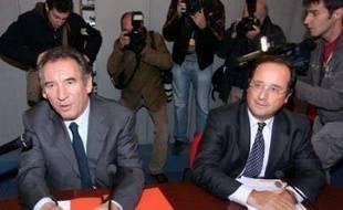 """Le sénateur socialiste Jean-Luc Mélenchon a dénoncé jeudi la décision """"irresponsable"""" de François Hollande de s'entretenir avec François Bayrou sur les institutions, un """"prétexte"""", selon lui, pour préparer des accords PS-MoDem aux municipales."""