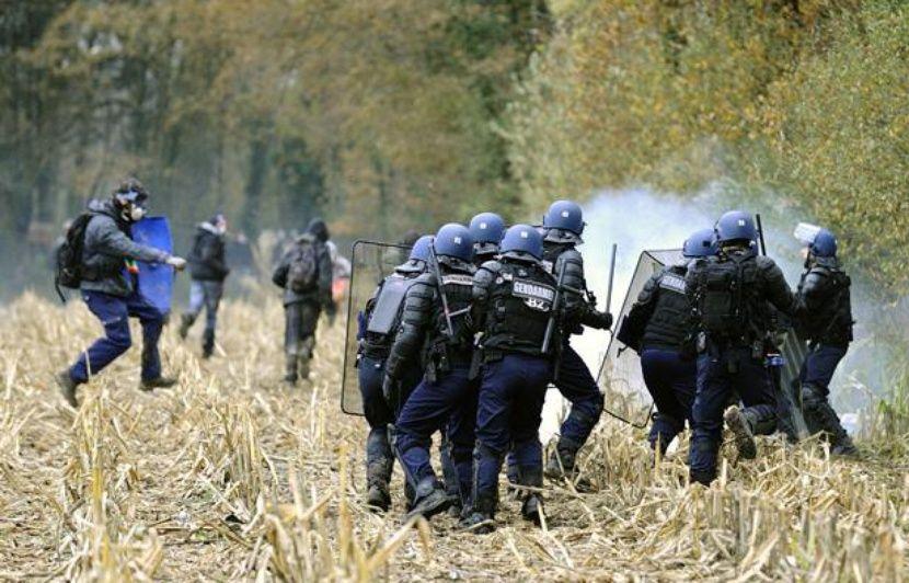 https://img.20mn.fr/Gnn9IDHiR9yYQcFTcyzw-g/830x532_affrontements-entre-police-opposants-aeroport-notre-dame-des-landes-24-novembre-2012