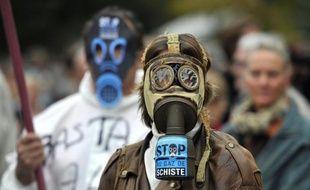 Le débat sur l'exploitation des gaz de schiste n'est pas fermé à jamais en France, malgré l'interdiction de la fracturation hydraulique qui a mis fin aux projets d'exploration de ces hydrocarbures non conventionnels, a estimé jeudi le ministre de l'Energie Eric Besson.