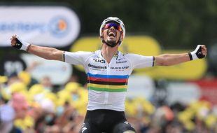 Julian Alaphilippe prend le maillot jaune lors de la première étape du Tour de France, le 26 juin 2021.