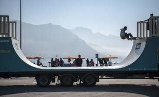 bordeaux une rampe de skate install e dans un semi remorque d barque samedi la victoire. Black Bedroom Furniture Sets. Home Design Ideas