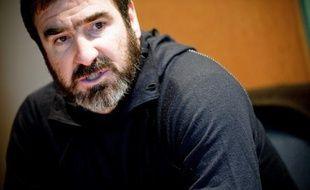 """""""Alors vous le prenez?"""", demande Eric Cantona, mué en agent immobilier, à l'issue de la visite d'un galetas censé être un appartement: le clip se termine par """"En France, 3,5 millions de personnes n'ont d'autre choix que d'être mal logées"""", suivie d'un carton rouge."""