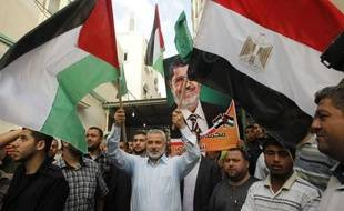 """Le Hamas palestinien, au pouvoir à Gaza, a fêté dimanche dans la liesse et au son de rafales d'armes automatiques la victoire """"historique"""" du candidat islamiste en Egypte, Mohamed Morsi, escomptant trouver en lui un allié de poids contre Israël."""
