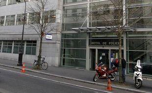 """La """"police des polices"""" parisienne (IGS), réputée pour ses enquêtes sans complaisance sur des """"ripoux"""" mais déjà mise en cause dans l'affaire des """"fadettes"""", est au coeur d'un nouveau dossier embarrassant, soupçonnée d'avoir truqué une enquête sur des fonctionnaires marqués à gauche."""
