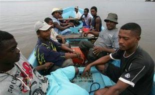 """""""J'espère que sur ce dialogue, une coopération renforcée avec les Comores, on va éviter que bon nombre de Comoriens n'éprouvent le besoin de venir à Mayotte"""", où les conditions de vie sont meilleures, a déclaré le secrétaire d'Etat. """"Il y a dans la coopération, la volonté de travailler dans les pays sources, l'une des réponses à la pression migratoire sur Mayotte"""", a ajouté M. Jégo."""