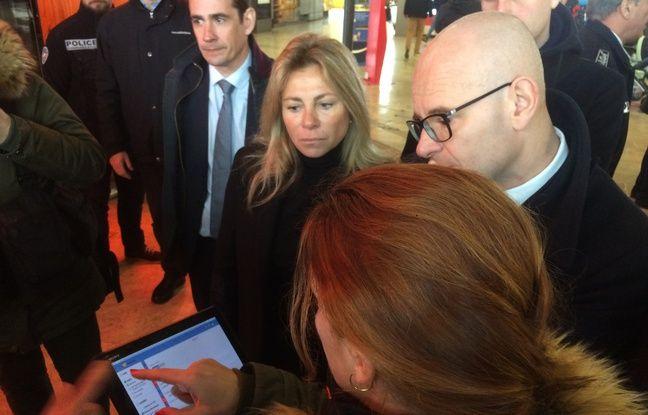 Les policiers présentent la nouvelle tablette Néo à Olivier de Mazières et Caroline Pozmentier, adjointe à la sécurité.