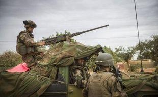 Soldats français et maliens ont repris vendredi une localité sur la route de Gao, bastion des islamistes dans le nord-est du Mali, mais ceux-ci ont riposté en dynamitant un pont stratégique près de la frontière nigérienne d'où pourraient venir des forces de la coalition africaine.