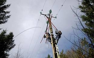 Des techniciens d'ERDF qui rétablissent le courant à Landevennec, le 15 février, après le passage de la tempête Ulla.