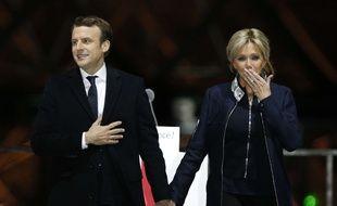 Emmanuel et Brigitte Macron célèbrent la victoire à l'esplanade du Louvre, dimanche 7 mai 2017.