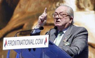 """Le président d'honneur du FN, Jean-Marie Le Pen, a qualifié mercredi à Lyon François Hollande de """"jean-foutre"""" pour n'avoir pas reçu sa fille Marine Le Pen à l'Elysée à l'instar des autres dirigeants des principaux partis politiques, avant le G20."""