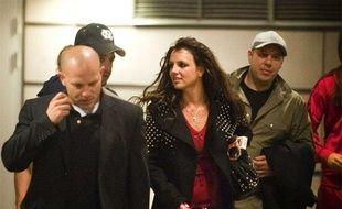 La chanteuse américaine Britney Spears, entourée de ses gardes du corps, à Stockholm, en Suède, le 9 juillet 2009.