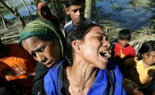 Les autorités bangladaises s'évertuaient lundi à acheminer vivres et médicaments aux millions de sinistrés du sud du Bangladesh dévasté jeudi par le cyclone Sidr qui a fait entre 5.000 et 10.000 morts selon le Croissant-Rouge.