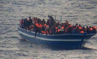 Photo d'archives de la marine italienne montrant une opération de sauvetage de migrants, près de l'île italienne de Lampedusa le 17 mars 2014