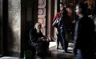 Grand-père Dobri mendie auprès des fidèles devant la cathédrale Alexandre Nevski de Sofia, le 20 avril 2014