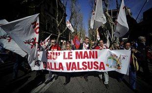 Des milliers de membres du syndicat de métallos Fiom-CGIL manifestaient vendredi à Rome dans le cadre d'une journée de grève pour défendre les règles en matière de licenciement que le gouvernement pourrait modifier et pour protester contre le groupe automobile Fiat.