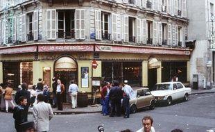 Des badauds le 11 août 1982 devant le restaurant Jo Goldenberg de la rue des Rosiers à Paris, pris pour cible d'un attentat deux jours plus tôt qui a fait six morts et 22 blessés