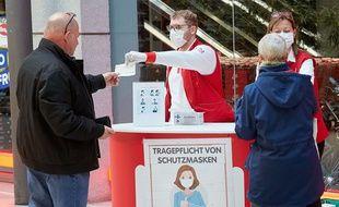 Distribution de masques dans un supermarché à Vienne, en Autriche, en avril 2020.